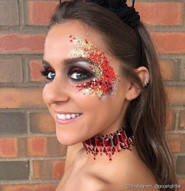 A beauty artist Aline Massa explicou que esse tipo de glitter dissolve com mais facilidade na água