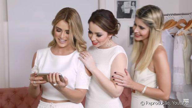 As blogueiras Mariana Saad, Janaína Carvalho e Carol Tognon recebem as dicas de cabelo de Alê de Souza, Expert de Beleza Niely