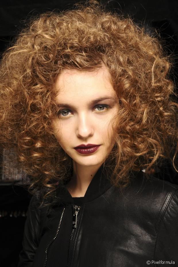 Coloque todo o cabelo para um único lado e posicione o bico difusor embaixo das mechas de modo que as pontas fiquem dentro dele. Depois jogue o cabelo para o outro lado e repita o processo
