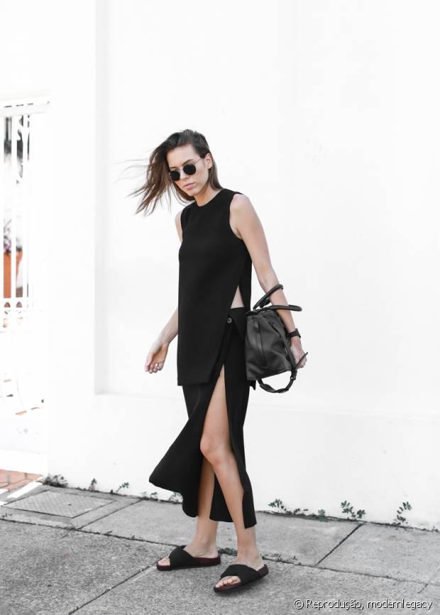 A blogueira do Modern Legacy combinou a blusa com fendas laterais com uma saia também com o recorte no mesmo estilo