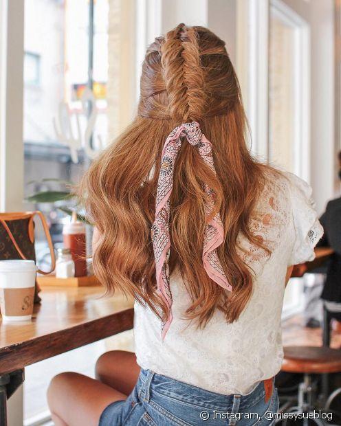 O lenço também funciona como detalhe no penteado