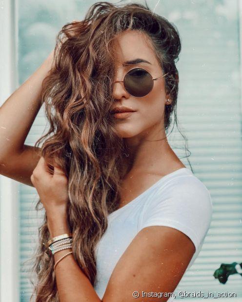 Para conseguir mais definição nos cabelos ondulados é importante focar na escolha dos produtos e também na técnica de finalização