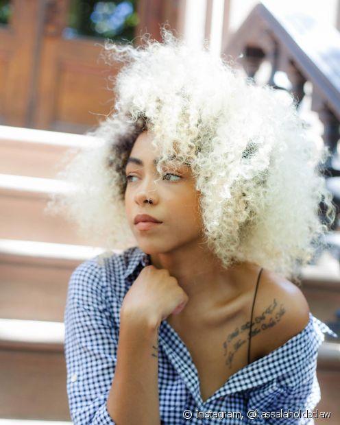 Descubra os benefícios da hidratação para cabelos loiros aqui (Foto: Instagram @kassalaholdsclaw)
