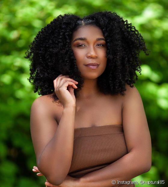 O cabelo black power pode ser finalizado com as técnicas do dedoliss, fitagem e até mesmo com o uso da meia fina (Foto: Instagram, @naptural85)