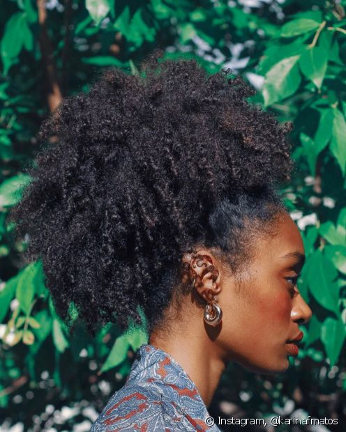 Um dos penteados para cabelos crespos, o afropuff é um dos preferidos para quem quer fugir do calor mas sem perder o estilo (Foto: Instagram, @karinafmatos)