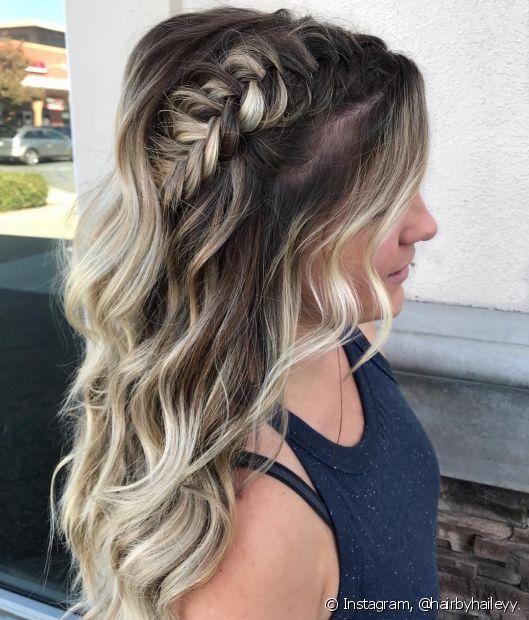A trança lateral pode ser feita no cabelo inteiro ou apenas como um detalhe nos fios soltos (Foto: Instagram, @hairbyhaileyy)