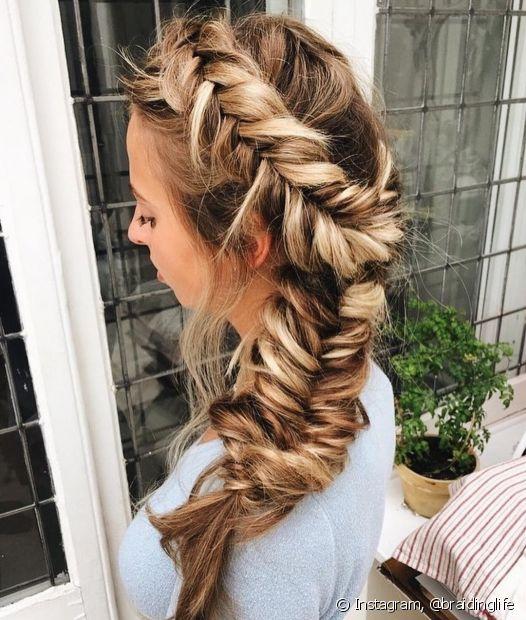 A trança embutida é um dos modelos favoritos das nossas divas e pode ser usado na lateral do cabelo ou no topo da cabeça (Foto: Instagram, @braidinglife)