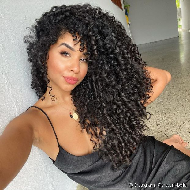 O finalizador de cabelo ideal para a definição tem a consistência de um pudim molinho (Foto: Instagram @thecurlybella)