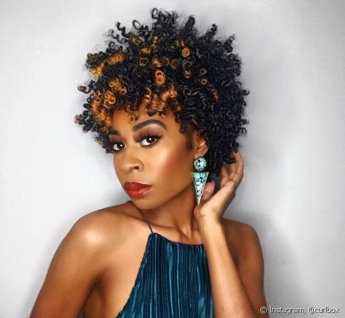 Os cabelos chaeados curtos podem ser finalizados de diferentes formas, de acordo com o corte e o comprimento. Conheça as dicas de styling para arrasar no visual. (Foto: Instagram, @curlbox)