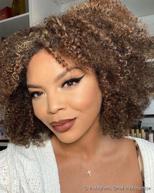 Além do cabelo loiro escuro clássico, você também pode alcançar o tom perfeito com a tinta loiro escuro acinzentado ou loiro escuro acobreado. (Foto: Instagram @makeupbydenise)