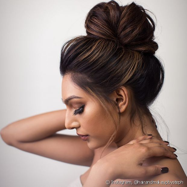 Os coques são penteados presos clássicos muito indicados para noivas e madrinhas de casamento. Conheça outros modelos para usar em diferentes ocasiões. (Foto: Instagram @hairandmakeupbysteph)