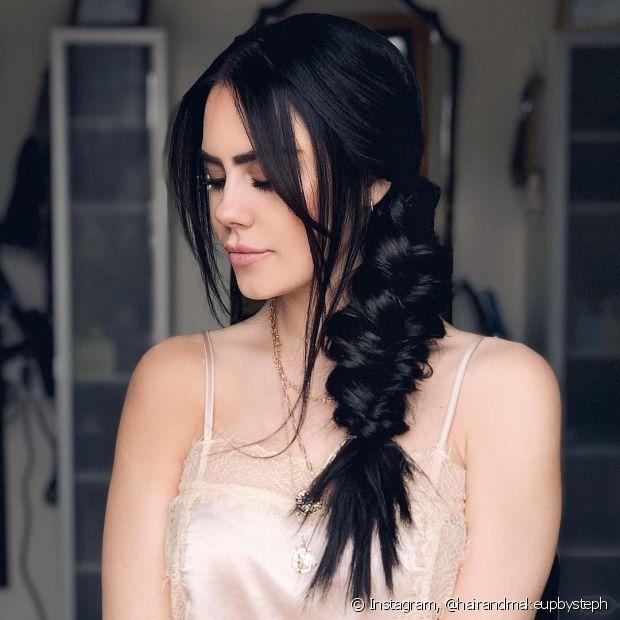 A trança lateral baixa e a trança lateral embutida são penteados presos que valorizam os fios nas fotos de formatura. (Foto: Instagram @hairandmakeupbysteph)