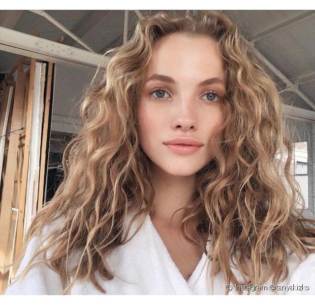 Hidratação profunda é um dos segredos para manter o cabelo loiro iluminado (Foto: Instagram @tanyakizko)
