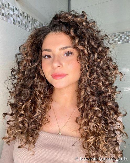 Deseja um look iluminado? Confira esses 4 motivos para adotar a coloração castanho iluminado no cabelo! (Foto: Instagram @amanda_guido)
