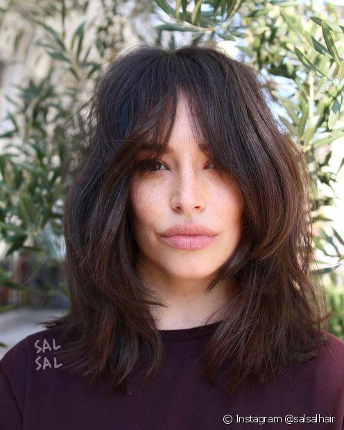 A franja longa estilo cortininha é o modelo mais indicado para cabelos lisos e ondulados, longos ou médios. (Foto: Instagram @salsalhair)