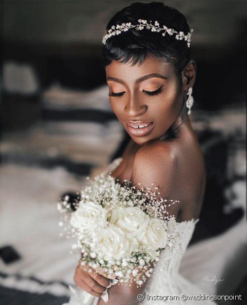 As noivas com cabelo pixie podem apostar na tiara metálica (Foto: Instagram @weddingsonpoint)