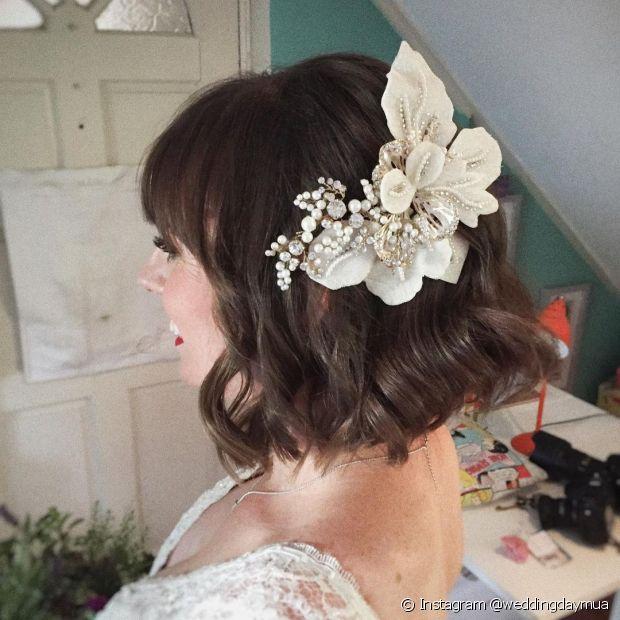 As presilhas de flores são boas opções para noivas de cabelo curto que querem deixar os fios soltos (Foto: Instagram @weddingdaymua)