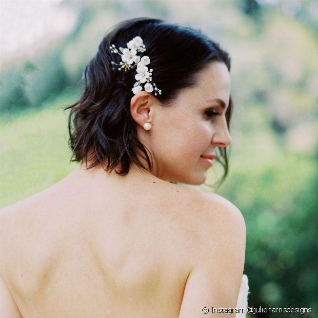 O penteado lateral de noiva pode ficar ainda mais delicado com acessórios (Foto: Instagram @julieharrisdesigns)