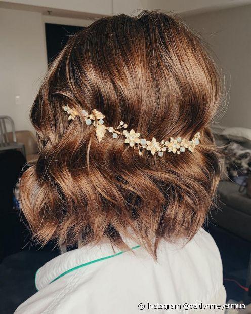 Para noivas que querem deixar o cabelo solto no dia do casamento, a presilha em formato de arco na parte de trás uma opção romântica e delicada (Foto: Instagram @caitlynmeyermua)