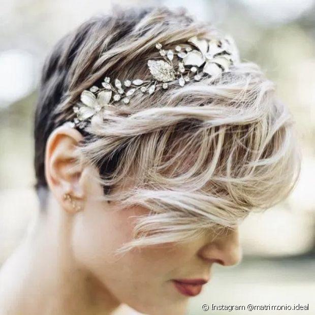 As noivas de cabelo pixie podem usar uma tiara ou arco e deixar a franja longa em destaque (Instagram @matrimonio.ideal)