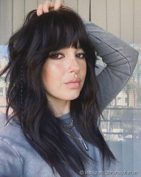 As tranças finas podem aparecer de forma bem sutil e minimalista no penteado de cabelo solto (Foto: Instagram @brianaguilarhair)