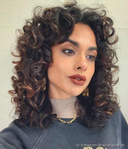 O corte repicado, como o shaggy hair, é uma das tendência de corte de cabelo em 2021! (Foto: Instagram @rachelrenaehair)