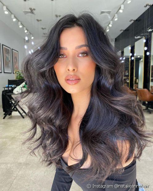 O cabelo preto longo é um clássico que nunca sai de moda! (Foto: Instagram @natalieannehair)