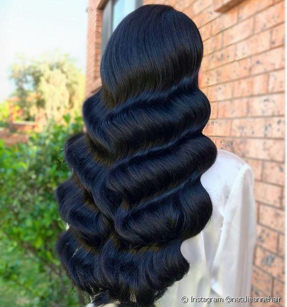 O cabelo preto azulado tem reflexos azulados super brilhantes e intensos (Foto: Instagram @natalieannehair)