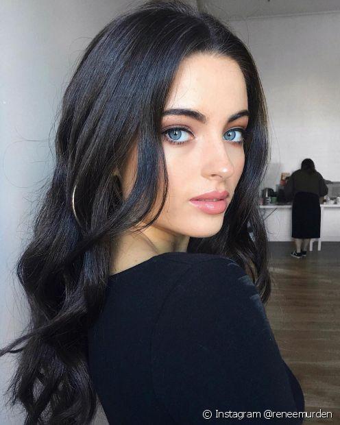 O cabelo preto azulado é perfeito para as divas que querem um visual marcante (Foto: Instagram @reneemurden)
