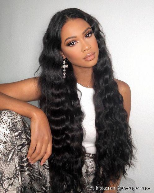 O cabelo preto longo combina com todos os tons de pele, podendo harmonizar ou criar contraste (Foto: Instagram @thesupermuse)