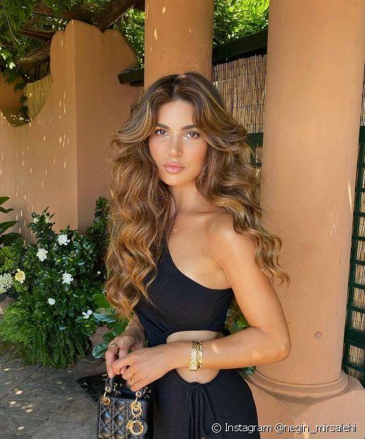 Os reflexos dourados deixam o cabelo castanho dourado glamouroso (Foto: Instagram @negin_mirsalehi)