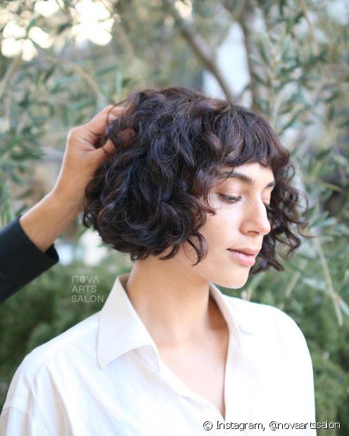 O french bob é um corte de cabelo curto com franja perfeito para o cabelo cacheado do tipo 3 (Foto: Instagram @novaartssalon)
