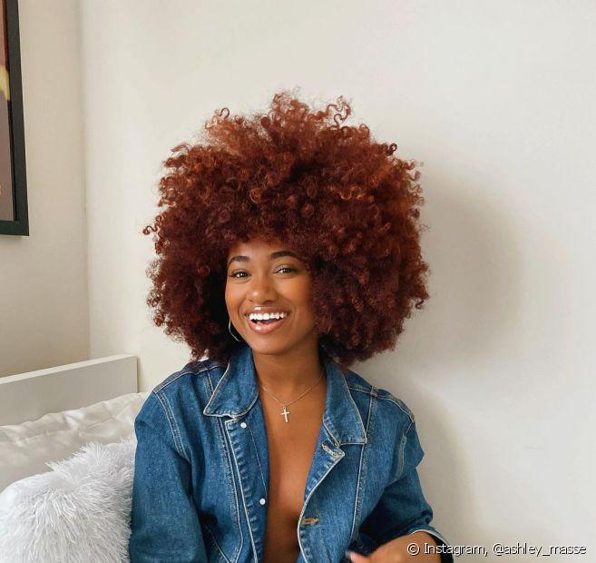 O cabelo acaju acobreado também proporciona um visual jovial e despojado (Foto: Instagram @ashley_masse)