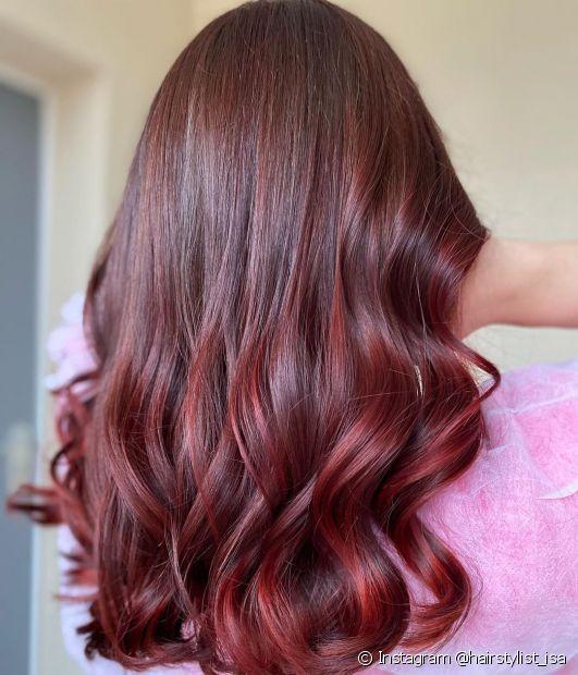 Saiba tudo sobre o cabelo acaju (Foto: Instagram @hairstylist_isa)