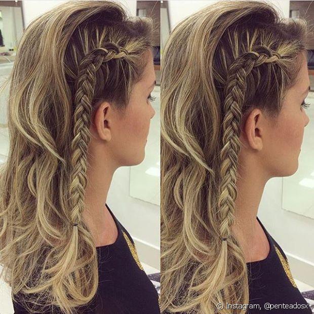 Superdescolado, o penteado simula o corte de cabelo com uma das laterais raspadas e pode ser feito em cabelos médios ou longos. Essa é uma opção para as mocinhas mais descoladas!