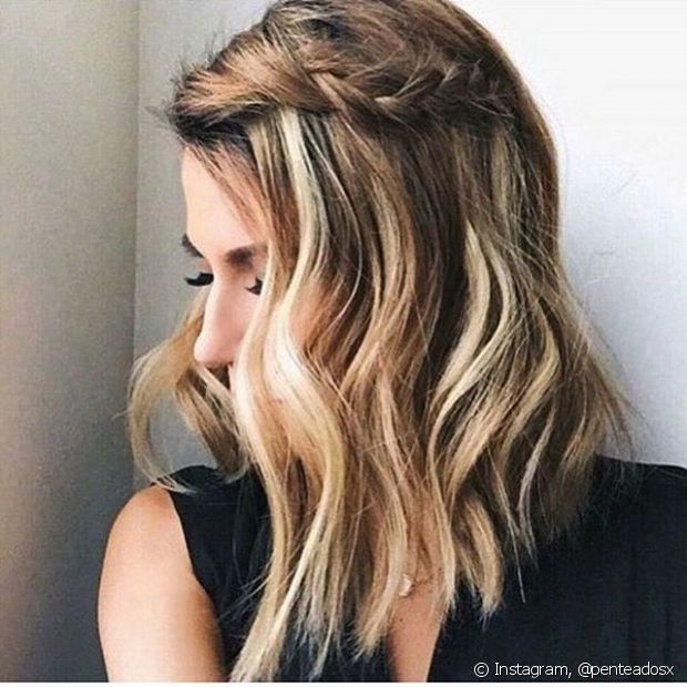 Escolha uma mecha grossa da parte da frente do seu cabelo, divida em três partes menores e trance-as até à ponta. Depois prenda na lateral da cabeça com uma presilha bem bonita