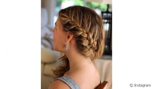Uma outra opção seria dividir os fios lateralmente e trançar somente um lado do cabelo