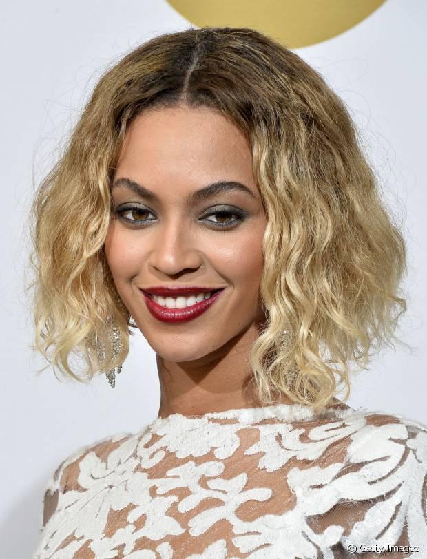 Beyoncé exibiu o long bob loiro com cabelos cacheados