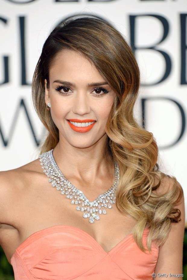 Jessica Alba seguiu a mesma linha que Jennifer Lopez e fez um penteado lateral com ondas retrô