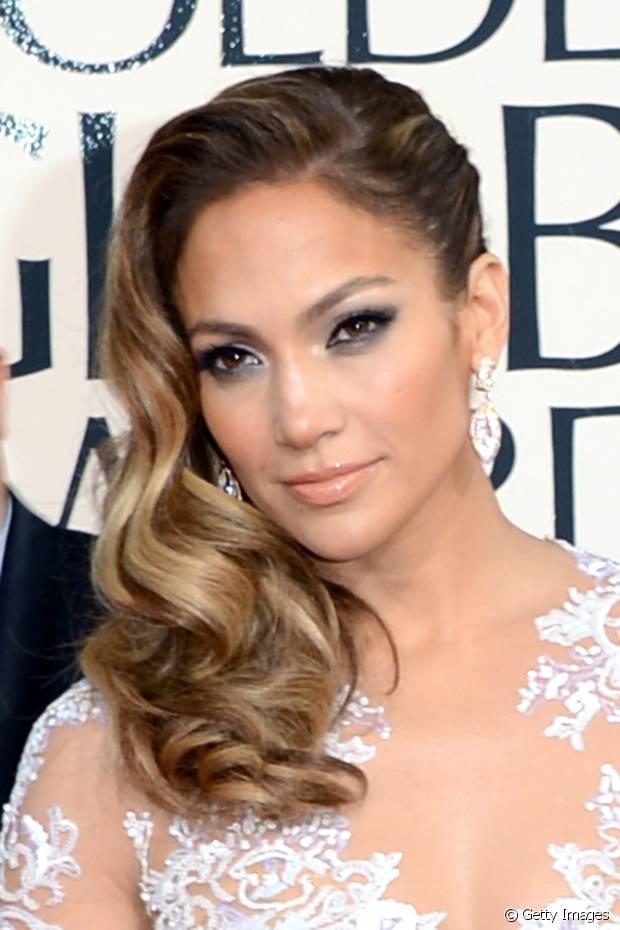 Jennifer Lopez fez um penteado lateral com ondas retrô