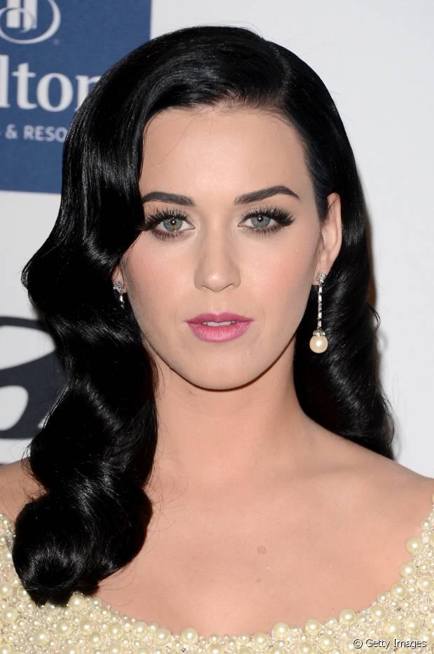 Katy Perry exibiu fios brilhosos com ondas retrô
