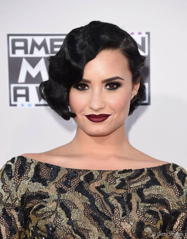 Demi Lovato se inspirou nas mulheres dos anos 20 e fez ondas retrô com os cabelos curtinhos