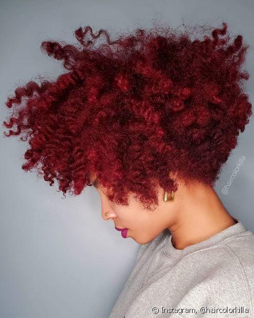 O vermelho cereja é um dos tons mais vibrantes de ruivos (Foto: Instagram @haircolorkilla)