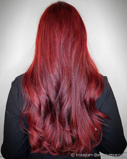 Produtos específicos para cabelos coloridos são essenciais para cuidar do vermelho cereja (Foto: Instagram @jeremyetpierrick)