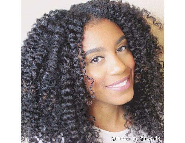 O tipo ideal para os cabelos cacheados são os pentes com dentes largos, pois quebram menos os fios e ajudam a manter a forma das molinhas