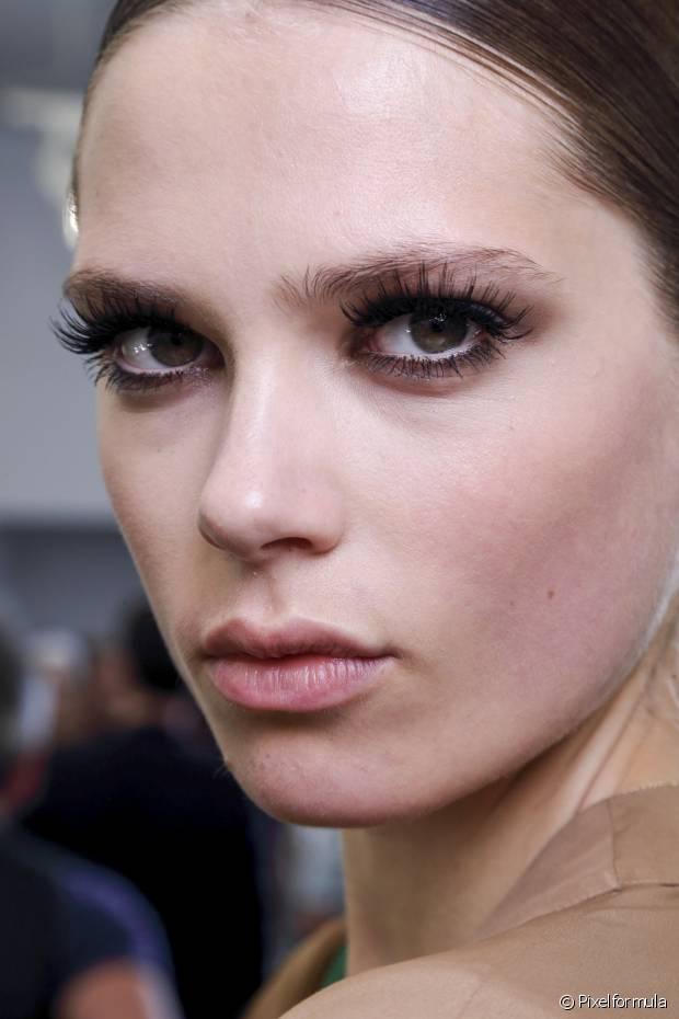 Se o cílio postiço não for do tamanho extao do seu olho, basta cortar o pedaço que estiver sobrando