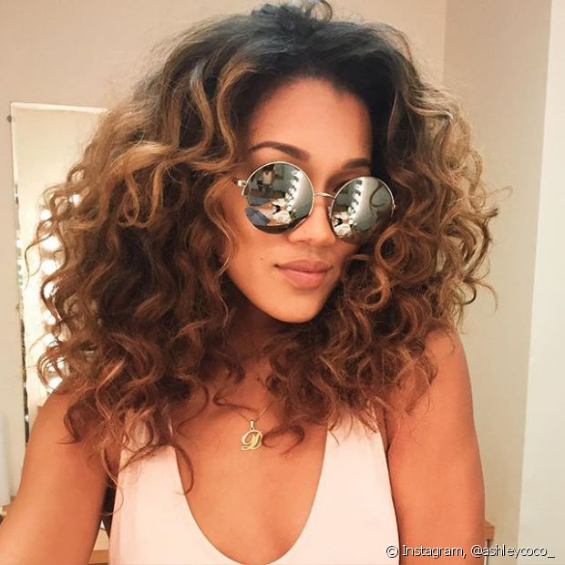 O ombré hair é uma ótima opção para as cacheadas que querem dar uma iluminada nos fios, sem radicalizar o visual