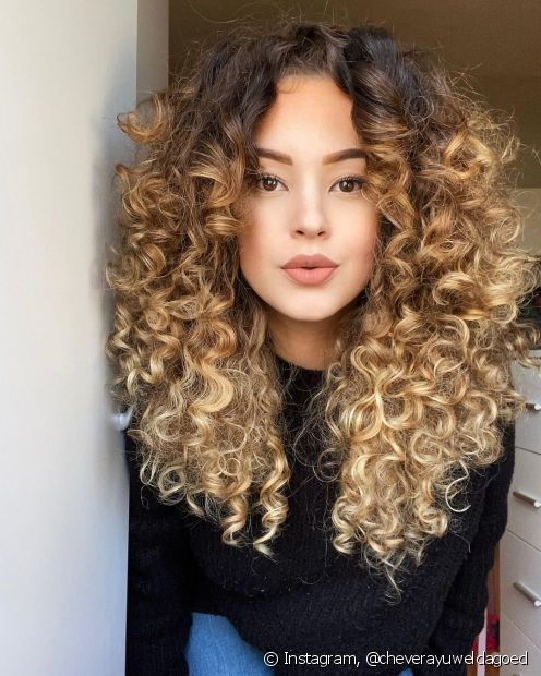 O cabelo cacheado loiro é super moderno e vibrante