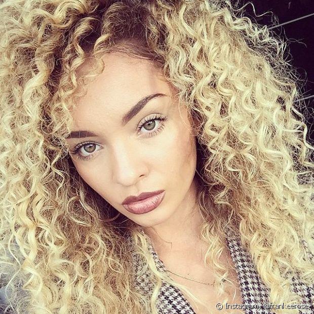 O loiro claro também é uma boa opção de nuance para valorizar o cabelo cacheado