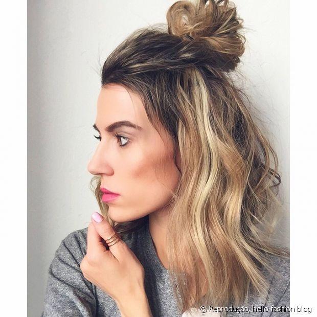 O half bun, que leva um coque no alto da cabeça, é um penteado naturalmente mais despojado e perfeito para fazer quando o cabelo está uma bagunça